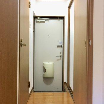 玄関は1段下がっています。ほこりがお部屋に入り込まない◎(※写真は清掃中のものです)