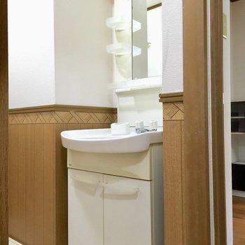洗面台は水回りはいってすぐ。(※写真は清掃中のものです)