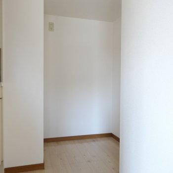 冷蔵庫は奥のスペースに(※写真はモデルルームです)
