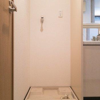 バスルームの向かいが洗濯機置場。