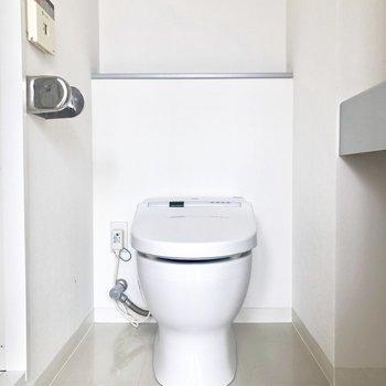 トイレはスタイリッシュなタンクレスタイプ*写真はクリーニング前です