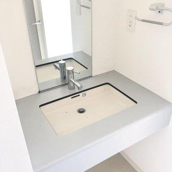 続いてこちらはクリアな独立洗面台*写真はクリーニング前です