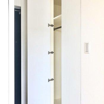 向かいには3枚扉のクローゼット!*写真はクリーニング前です