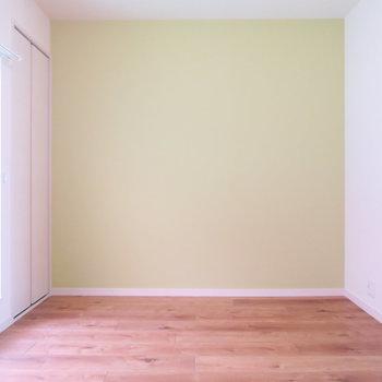 部屋①黄緑のデザインクロスが可愛らしい※写真は前回募集時のもの