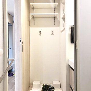 お風呂を出て、正面に洗濯機置き場があります。※写真はモデルルーム・6階の同間取り別部屋のものです