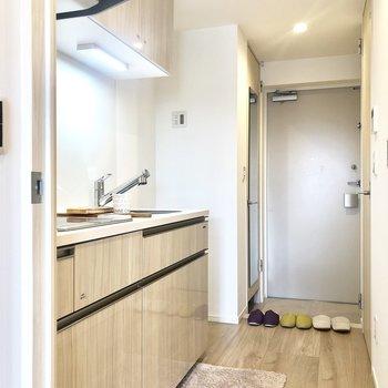 キッチンは廊下に。冷蔵庫置けるスペースもしっかりあります。※写真はモデルルーム・6階の同間取り別部屋のものです
