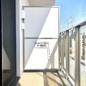 ベランダの日当たりもいいですね。洗濯物がすぐに乾きそうです。※写真はモデルルーム・6階の同間取り別部屋のものです