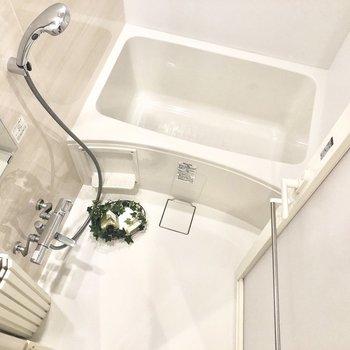 お風呂もキレイですね〜。ゆったりできそうです。※写真はモデルルーム・6階の同間取り別部屋のものです