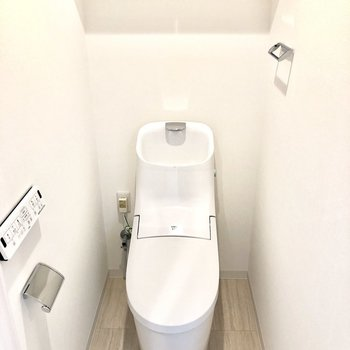 トイレは個室でウォッシュレット付き。※写真はモデルルーム・6階の同間取り別部屋のものです