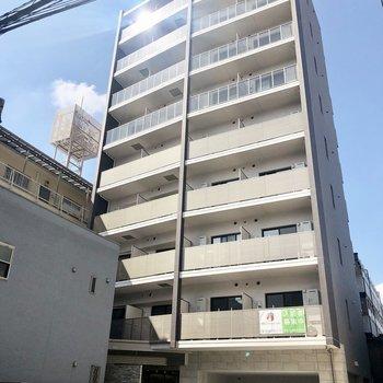 駅近の9階建てのマンションです。