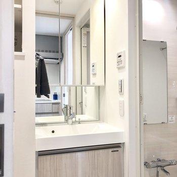 大きな鏡が付いた洗面台。※写真はモデルルームとなります
