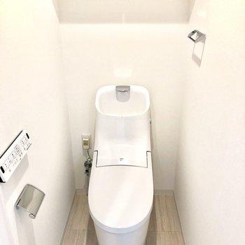 トイレは個室でウォッシュレット付き。※写真はモデルルームとなります