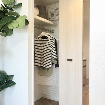 クローゼットは洋服をかけて収納ですますよ。※写真はモデルルーム・6階の同間取り別部屋のものです