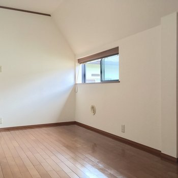 【DK】こっちも斜め天井!窓もついてます◎