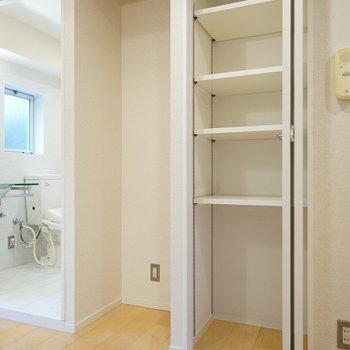 キッチン後ろに収納と冷蔵庫おけます♪※写真は前回募集時のものです。