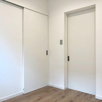 左がリビングへのドア、右は、、、??※写真は前回募集時のものです