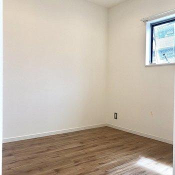 寝室も南向きの窓が。※写真は前回募集時のものです