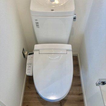 トイレのドア。ウォシュレット付き。※写真は前回募集時のものです