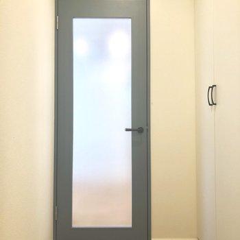 中の様子がほんのりわかる、曇りガラスのドア。※写真は前回募集時のものです