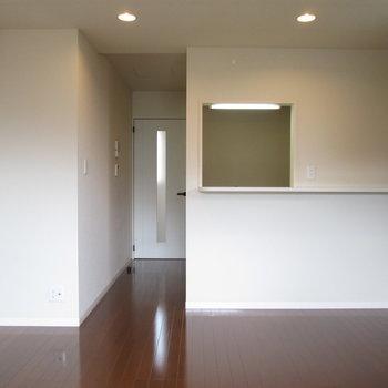 カウンターキッチンで、床に光が反射します。