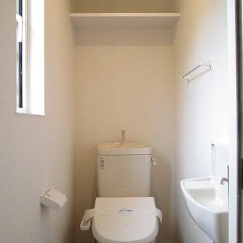 トイレは2階にあり、洗面台付。