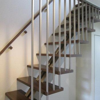 階段はカッコいいルーバー付き!1階に降りてみましょう。