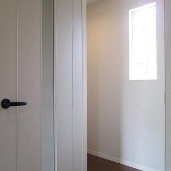 廊下にも小窓が!?