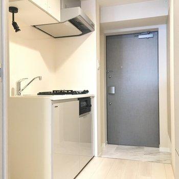 キッチンと居室は扉で仕切ることができます※写真は2階の同間取り別部屋のものです