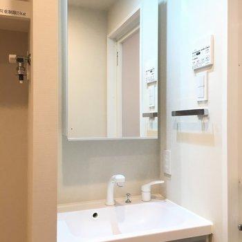 独立洗面台がピカピカです!※写真は2階の同間取り別部屋のものです