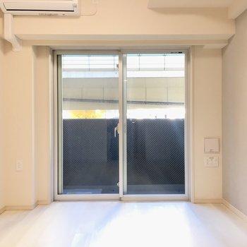 白基調のきれいなお部屋です。※写真は2階の同間取り別部屋のものです