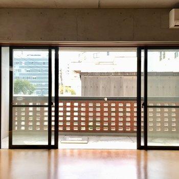 大きな窓!窓が両開きだからより広く感じます。