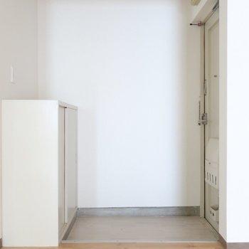 玄関にはシンプルなシューズボックスも。すぐお部屋へインできちゃう◯