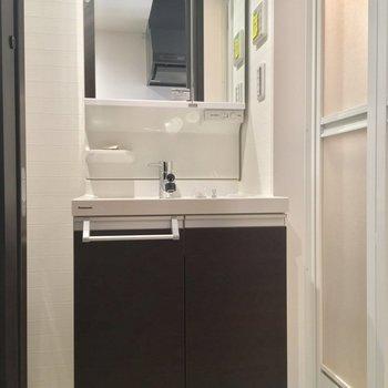 サニタリーはキッチン背面から。独立洗面台が立派!