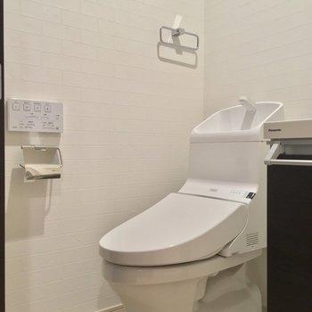 トイレも同じスペースに。ピカピカよ!