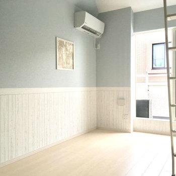 爽やかなアイスブルーの壁が可愛い