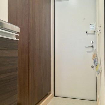 玄関は廊下の突き当り。洗濯機置場もコチラですっ