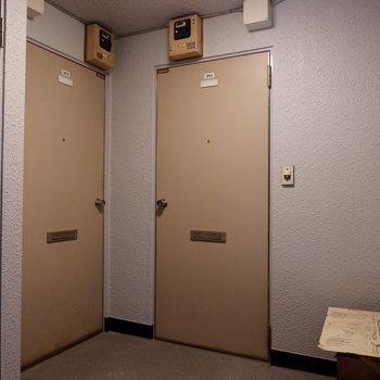 共用部。この扉の先にアメリカが。