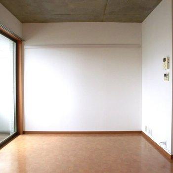天井はコンクリ打ちっぱなし※写真は2階別部屋の同間取りのもの