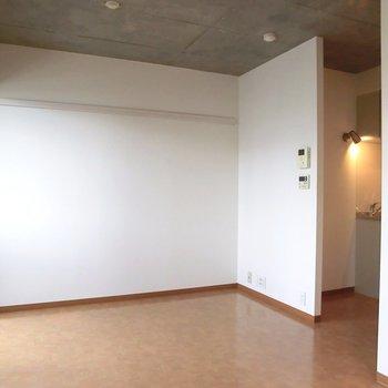 キッチンとお部屋は繋がっています。※写真は2階別部屋の同間取りのもの