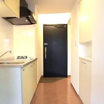 キッチン部分。玄関は丸見えのスタジオタイプ。※写真は2階別部屋の同間取りのもの