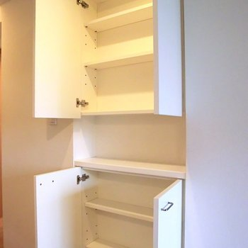 キッチンの後ろに浅めの棚があります。コップとか入る。※写真は2階別部屋の同間取りのもの