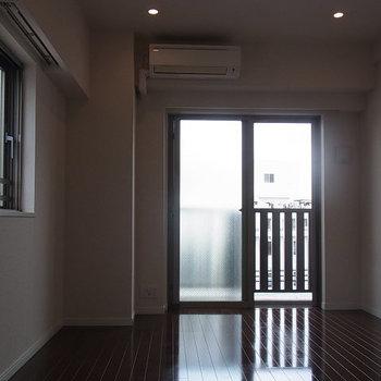 写真は北向きの別部屋で暗めですが、こちらは南向きです!※5階の似た間取りの別部屋.