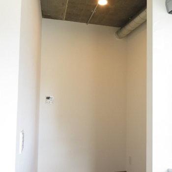 ここがキッチン奥のスペース。ウォークインクローゼットみたい!