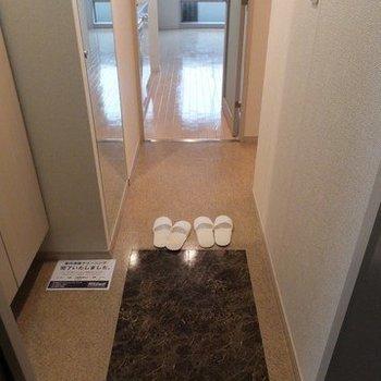 玄関を入るとこんな感じ。フラットな床。※写真は26階の別部屋