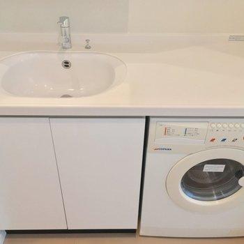 ドラム式洗濯機付き!!洗面台右側のスペースも使えそう〜 ※写真は2階の反転間取りのお部屋です。