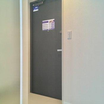 玄関はコチラ。すりガラスの向こうにはシューズボックスも ※写真は2階の反転間取りのお部屋です。