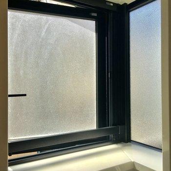 実は窓が2面にあるので明るいんです!! ※写真は2階の反転間取りのお部屋です。