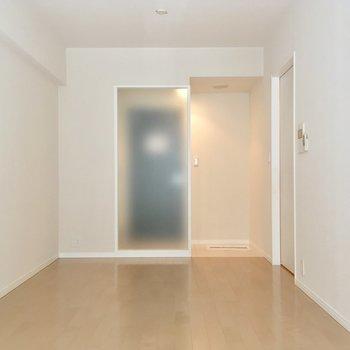 今度はバルコニー側から! ※写真は2階の反転間取りのお部屋です。
