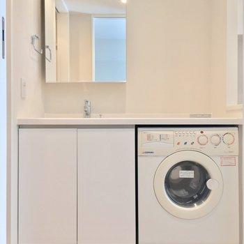 お次はサニタリー。独立洗面台のお隣には・・・ ※写真は2階の反転間取りのお部屋です。
