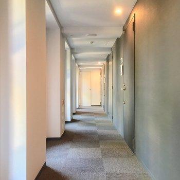 共用部は静かな屋内タイプ! ※写真は2階の反転間取りのお部屋です。